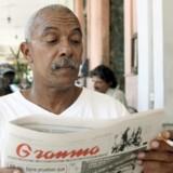 Charles Hill har nu boet i Havanna i 43 år. Han sidder her i 2007 på en bar i den gamle bydel og læser regeringsorganet Granma. Hill har både børn og børnebørn på Cuba. I USA er han tiltalt for drab og flykapring. Arkivfoto: Jose Goitia/The New York Times
