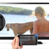 Chromecast er en USB-nøgle, som sættes i fjernsynets HDMI-stik og derefter trådløst kan modtage film, billeder og andet fra PCer, tavle-PCer og mobiltelefoner. Foto: Google