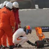Fernando Alonsos McLaren-racer mistede højre baghjul under testkørslen i Barcelona. Reuters/Albert Gea