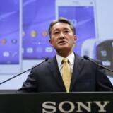 Sonys topchef siden 2012, Kazuo Hirai, er i færd med at rydde grundigt op i den store koncern men forudser bedre tider, selv om det også de næste år bliver svært for Sonys ellers roste mobiltelefoner i Xperia-serien (bag ham) at få bedre fat i publikum. Arkivfoto: Toru Hanai, Reuters/Scanpix
