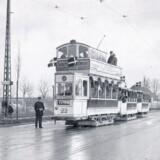 Den første elektriske sporvogn på vej mod Vanløse fotograferet 8. december 1914 på Peter Bangs Vej, lige før den svinger til højre for at fortsætte hen over grundstykket matrikel 44 B, som herefter blev kaldt Diagonalvej, og som først fik navnet Sønderjyllands Allé efter genforeningen i 1920. Fra Henrik Lynder: »Linie 17 – trafikken til Vanløse gennem tiden«.
