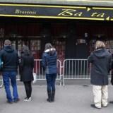 Folk foran spillestedet Bataclan, hvor 89 mennesker mistede livet under terrorangrebet i Paris 2015.