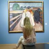Et maleri af den norske kunstner Edvard Munch er mandag blevet solgt for et svimlende beløb på en auktion i New York.
