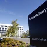 Der er tilsyneladende kø ved disken hos canadiske Blackberry - men det er ikke for at købe telefonerne men for at købe dele af selskabet. Arkivfoto: Stephen Morrison, EPA/Scanpix
