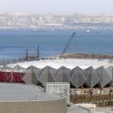 I Aserbajdsjans hovedstad, Baku, er man ved at opføre den koncersal, Krystalhallen, hvor 2012-udgaven af Europæisk Melodi Grandprix skal holdes i maj. Men i diktaturstaten samarbejder Telia med efterretningstjenesten, som skal have adgang til at kunne følge al trafik på mobilnettet. Foto: Osman Karimov, Reuters/Scanpix