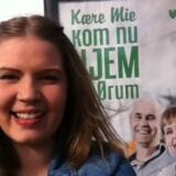 På plakater i København beder Mie Holm Nielsens forældre hende om at vende tilbage til Brønderslev, når hun har afsluttet sine studier i hovedstaden.