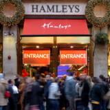 Det kendte britiske legetøjsmekka i syv etager, Hamleys, kommer nu delvis på islandske hænder. Forretningen er det ultmative trækplaster på Regent Street for både store og små turister, der nemt forsvinder i timevis mellem de bugnende hylder. Foruden den kendte butik i Regent Street har Hamleys yderligere en London-butik i Covent Garden samt en filial i lufthavene Heathrow og Schiphol i Amsterdam. Foto: Bloomberg