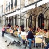 Også de mange danske feriegæster i Kroatien kan fra 1. juli få kontant udbytte af, at Kroatien bliver medlem af EU. Så falder prisen nemlig også dér, hvis man f.eks. sidder på en café i Dubrovnik og lige vil ringe hjem. Foto: Judith Betak