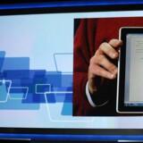 Tidligere i år lancerer HP den nye tavlecomputer HP Slate, som Microsofts administrerende direktør Steve Ballmer her viser frem på verdens største forbrugerelektronikmesse CES. Nu forlyder det igen, at HP vil tilbage på smartphonemarkedet. Arkivfoto: Robyn Beck / AFP PHOTO / Scanpix