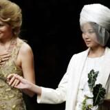 Gulnara Karimova (til venstre) er datter af Usbekistans præsident og ansvarlig for landets telemarked. Hun er også designer og står her sammen med en model efter at have præsenteret sin Guli-kollektion på modeugen i Beijing i Kina i oktober 2012. Arkivfoto: Jason Lee, Reuters/Scanpix