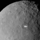 Dværgplaneten Ceres fotograferet fra en afstand af 46.000 km fra NASA rumsonde Dawn. I de kommende måneder kan Dawn muligvis afsløre, hvad der gemmer sig i de to klart lysende prikker, der ses på overfladen af Asteroidebæltets største himmellegeme. Foto: NASA