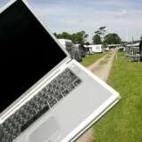 Tanken bag YouSees nye forsøg er den samme som vist her på billedet: Når man kommer forbi med sin bærbare PC eller smartphonetelefon, vil man gratis kunne koble sig på nettet hos de huse, man passerer, som også er YouSee-kunder, uden at gæsterne tager kapacitet fra hjemmets net. Der er dog næppe mange YouSee-net i disse telte på Gals Klint Camping i Middelfart. Arkivfoto: Claus Fisker, Scanpix