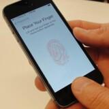 Skal vi glæde os eller græmme os over, at fingeraftryksteknologi rykker ind på smartphones?