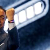 Det er for at vise Samsungs nye smarte ur og ikke for at fryde sig over sin løn, at den sydkoreanske mobilgigants mobilchef, J.K. Shin, knytter hånden. Han tjener mere end Tim Cook fra Apple. Arkivfoto: Gustau Nacarino, Reuters/Scanpix