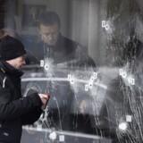 Politiets efterforskere ved døren ind til Krudttønden på Østerbro dagen efter angrebet.