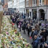 Blomster foran synagogen i Krystalgade i København, hvor jødiske Dan Uzan blev dræbt under weekendens terrorangreb. Det har nu inspireret unge, muslimske nordmænd til at arrangere en fredsring rundt om synagogen i Oslo.