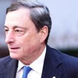 Når chefen for Den Europæiske Centralbank, Mario Draghi, kalder bankens medlemmer sammen i næste uge, er det ikke en nem opgave, de skal løse. Lige nu ligger renten på minus 0,3 pct., og centralbanken pumper hver måned 450 mia. kr. ud i systemet gennem deres opkøbsprogram. AFP PHOTO / EMMANUEL DUNAND