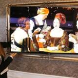 Hvad man vil se på sin TV-skærm, skal man selv kunne vælge langt friere end gennem TV-pakketyranniet, mener nu også Stofa. Her er det kunst, der er på skærmen på LGs nye OLED-TV, som vises på Europas største forbrugerelektronikmesse i Berlin, IFA. Foto: Fabrizio Bensch, Reuters/Scanpix