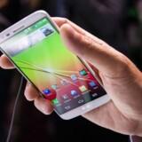 LGs nye telefon G2 har mange ligheder med Samsungs topmodel. Ikke alene ligner de to telefoner hinanden, men de er også begge proppet med funktioner.