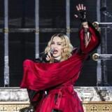 Madonna leverede en stærk personlig tale lørdag i Stockholm, hvor hun opfordrede hele verden til at trodse terroristerne og blive ved med at nyde livet, danse, feste og gå til fodbold. Madonna skal efter planen selv optræde i Paris den 9. og 10. december som led i hendes nuværende turné. EPA/CHRISTINE OLSSON / TT SWEDEN OUT