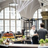 Coop har inviteret kendte madmennesker ind i koncernens nye butik på Hovedbanegården i København.
