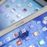 Tavle-PCer med Android som styresystem - som Samsungs Galaxy Tab-serie (forrest) - øger forspringet til Apples iPad-serie (bagest). Arkivfoto: Kim Hong-Ji, Reuters/Scanpix