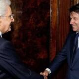 Denne gang skulle det være ganske vist, at Italiens regeringskrise er slut. Præsident Sergio Mattarella (tv.) bad torsdag aften Giuseppe Conte om at danne regering, efter at Femstjernebevægelsen og Lega var blevet enige om en ministerliste, der er acceptabel for alle parter.