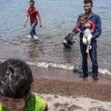 Afghanske flygtninge er netop ankommet til den græske ø Lesbos med gummibåd fra Tyrkiet.
