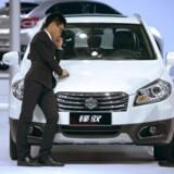 To kinesiske sælgere ved Shanghai International Automobile Industry Exhibition i april