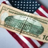 ARKIVFOTO. A new series ten dollar bill lies on an USA flag in Dresden, Germany, 16 October 2013. EPA/ARNO BURGI
