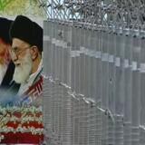 En plakat af Irans øverste leder, ayatollah Ali Khamenei, og den afdøde ayatollah Khomeini ses ved siden af centrifuger i det, som iransk TV i 2012 beskrev som et anlæg til fremstilling af dele til atomteknologi.