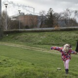 Gitte Kok med hendes nu otte-årige datter Sophie, som hun har fået gennem kunstigbefrugtning. Donoren viste sig sidenhen at bære på en arvelig sygdom, som Sophie og flere andre børn nu har.