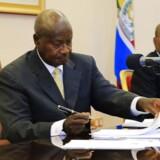 Ugandas præsident Yoweri Museveni underskriver omstridt lov, som kriminaliserer homoseksualitet i landet og muliggør straf på livstid for »homoseksuel adfærd«.