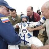 Astronatut Andreas Mogensen smiler bredt kort efter landingen med Sojuz-kapslen. EPA/ESA Stephane Corvaja