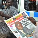 Ugandere læser dagens aviser med nyheden om den underskrevne anti-homolov.