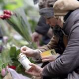 Der bliver tændt lys og lagt blomster foran synagogen i Krystalgade søndag.