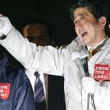 Japanerne sætter endnu en gang deres lid til Shinzo Abe og hans konservative Liberaldemokratiske Parti (LDP).