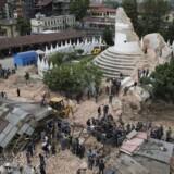 Rejsebureauet Kipling Travel anslår, at der er mellem 200-400 danskere i Nepal. Et dårligt mobilnet gør det svært at komme i kontakt med dem.