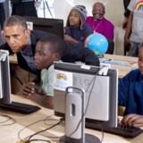 Flere og flere får adgang til www verden over. Her er det USAs præsident Barack Obama, der er på besøg i et klasseværelse i Sydafrika tidligere i år.