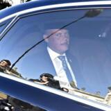 Den ny forsvarsminister, Peter Christensen, ankommer til Amalienborg.
