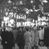 ´Søndag paa Jule-Strøget ´, skriver Berlingske Tidende mandag den 28. november 1960. ´Trængsel og alarm - og glade barnestemmer prægede Strøget i gaar eftermiddags.. Der var søndagspremiere paa alle de straalende juleudstillinger og ingen køretøjer til at genere de tusinder af københavnere, der var ude for at hente inspirationer til ønskesedlerne. Og der var nok at hente. Her et glimt af mylderet i den julesmykkede gade.Du kan se mange flere billeder på www.billeder.dk