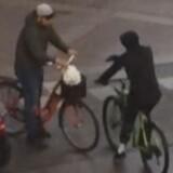 Københavns Politi efterlyser to personer, som man mener har forbindelse til skyderiet på Esromgade på Nørrebro i København søndag aften. De ser sådan ud. Free/Københavns Politi