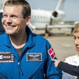 ESA astronaut Andreas Mogensen bliver modtaget i Köln kort efter han er kommet tilbage fra den internationale rumstation ISS. Andreas' kone Cecilie og datteren Emily på to år venter spændt. Onsdag skal den danske astronaut møde Dronningen.