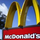 Fastfoodkæden McDonald's forsøger at tilvænne sig forbrugernes ændrede præferencer og lover derfor at stoppe med at bruge æg fra burhøns i alle 16.000 butikker i USA inden for ti år.