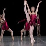 "Skarp og sexet solodans: Astrid Elbo i Balanchines ""Rubiner"" på programmet ""Ballet de Luxe""."