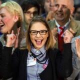 Nogle af de mange socialdemokrater, der havde hjulpet til med at tælle stemmer, jublede, da resultatet viste, at et stort flertal af SPD-medlemmerne havde stemt ja til at gå med i den nye tyske regering sammen med CDU og CSU.