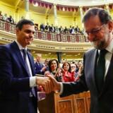 Nu forhenværende premierminister Mariano Rajoy (th.) blev indhentet af en gigantisk korruptionsskandale i Spaniens konservative parti, da et flertal i det spanske parlament stemte for et mistillidsvotum mod ham. Socialisten Pedro Sánchez overtager magten i spidsen for en meget smal og stærkt uforudsigelig mindretalsregering.