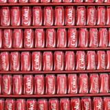 Arkivfoto: Coca Cola dåser på række.
