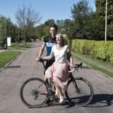 Anders og Carina Bang tager på ferie hver for sig, for at dyrke deres interesser og få fornyet energi. Anders tager på cykelferier med drengene og Carina tager på hyggeture med veninderne.