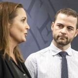 Pia Olsen Dyhr (SF) og Morten Østergaard (R) til pressemøde i spejlsalen.